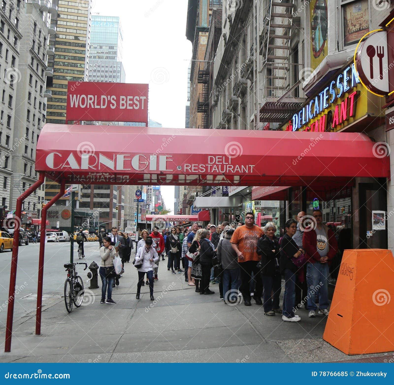 Linha longa no supermercado fino famoso de Carnegie no Midtown Manhattan