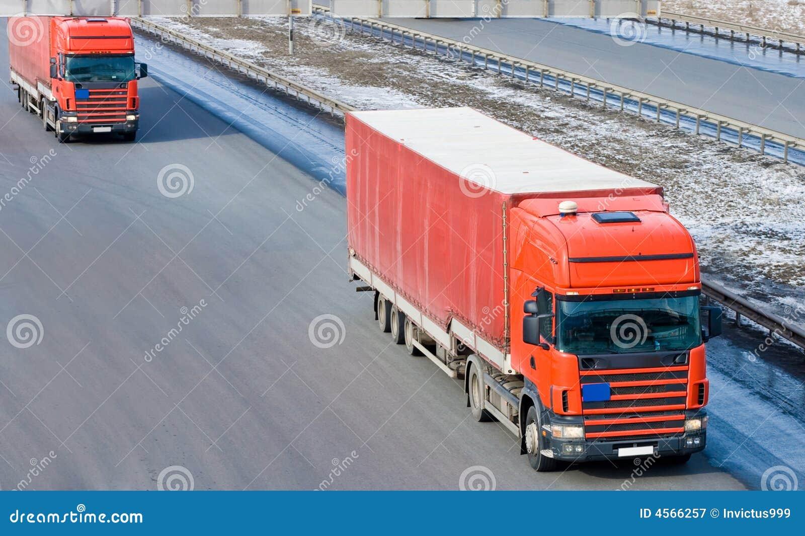 Linha vermelha do combóio da caravana de dois caminhões de reboque do trator