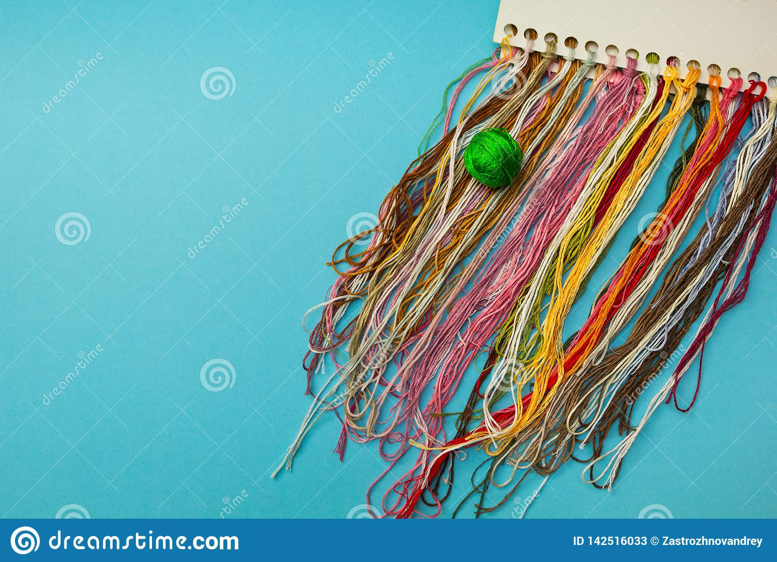 Linhas Multi-coloridas para o bordado caseiro