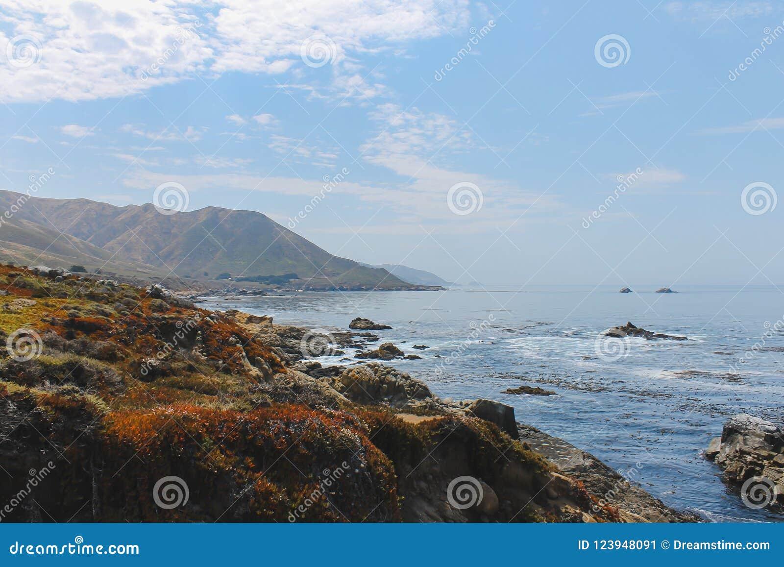 Linia brzegowa blisko Monterey Kalifornia, usa