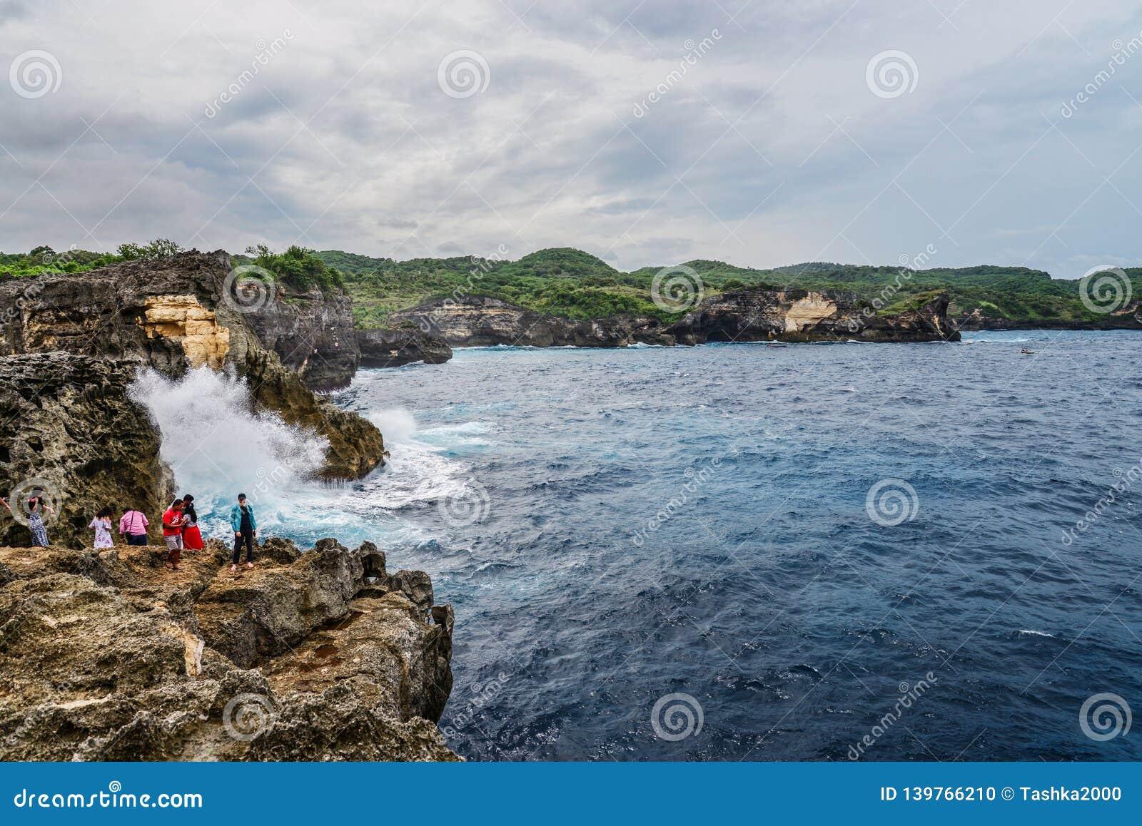 Linia brzegowa na Nusa Penida wyspie blisko anio?a Billabong pla?y z turystami