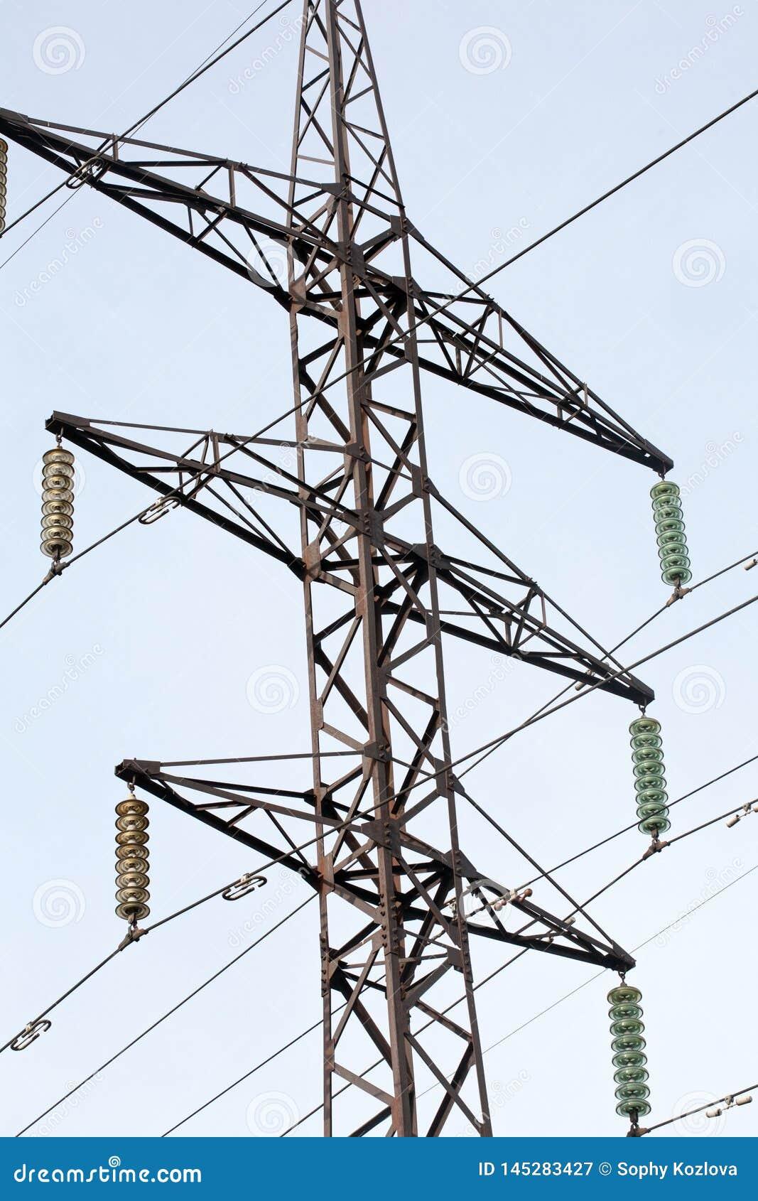 Linia energetyczna słupa czerni sylwetki zbliżenie