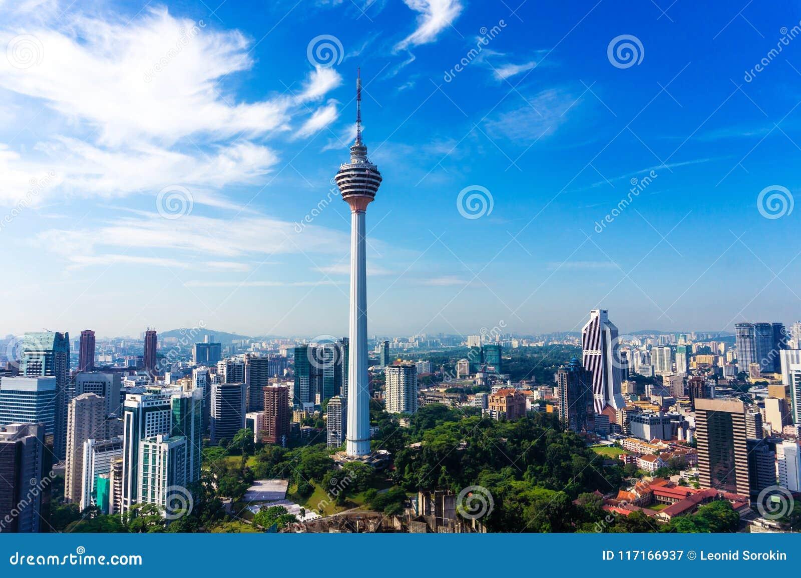 Linia horyzontu Kuala Lumpur śródmieście z drapaczami chmur i KL górujemy
