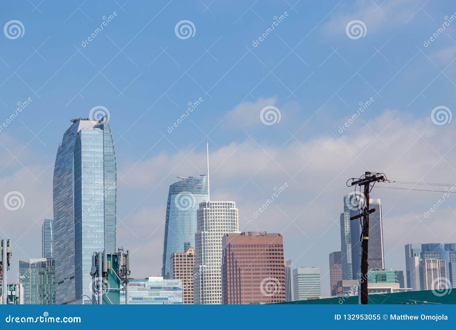 Linia horyzontu pokazuje w centrum budynki Los Angeles Kalifornia