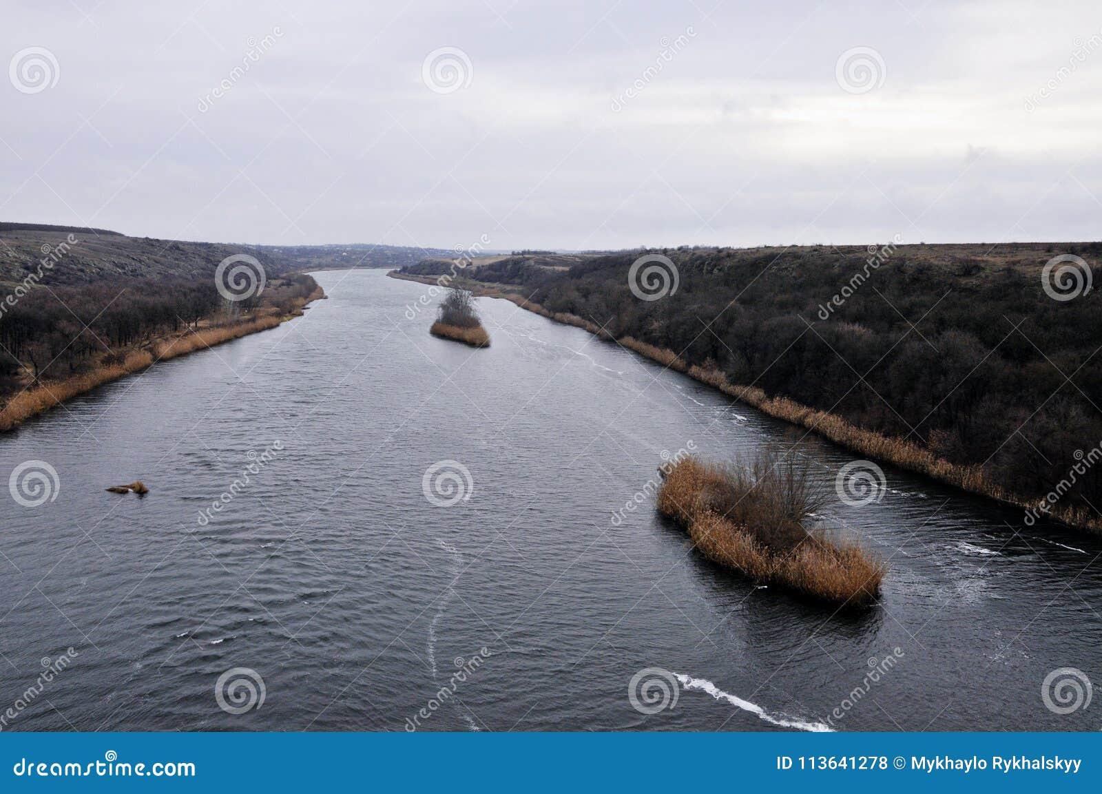 Linie Schiffe auf einem abgekühlten Fluss