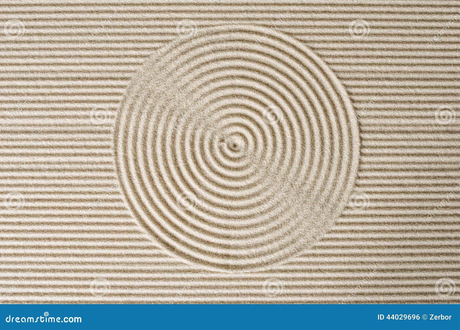Linien und Kreis im Sand