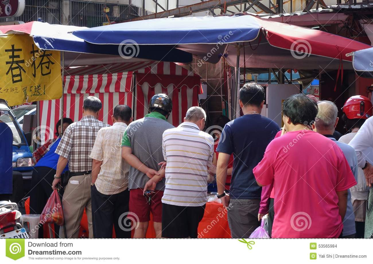 Lining up to buy spring rolls for Tomb-Sweeping-Day