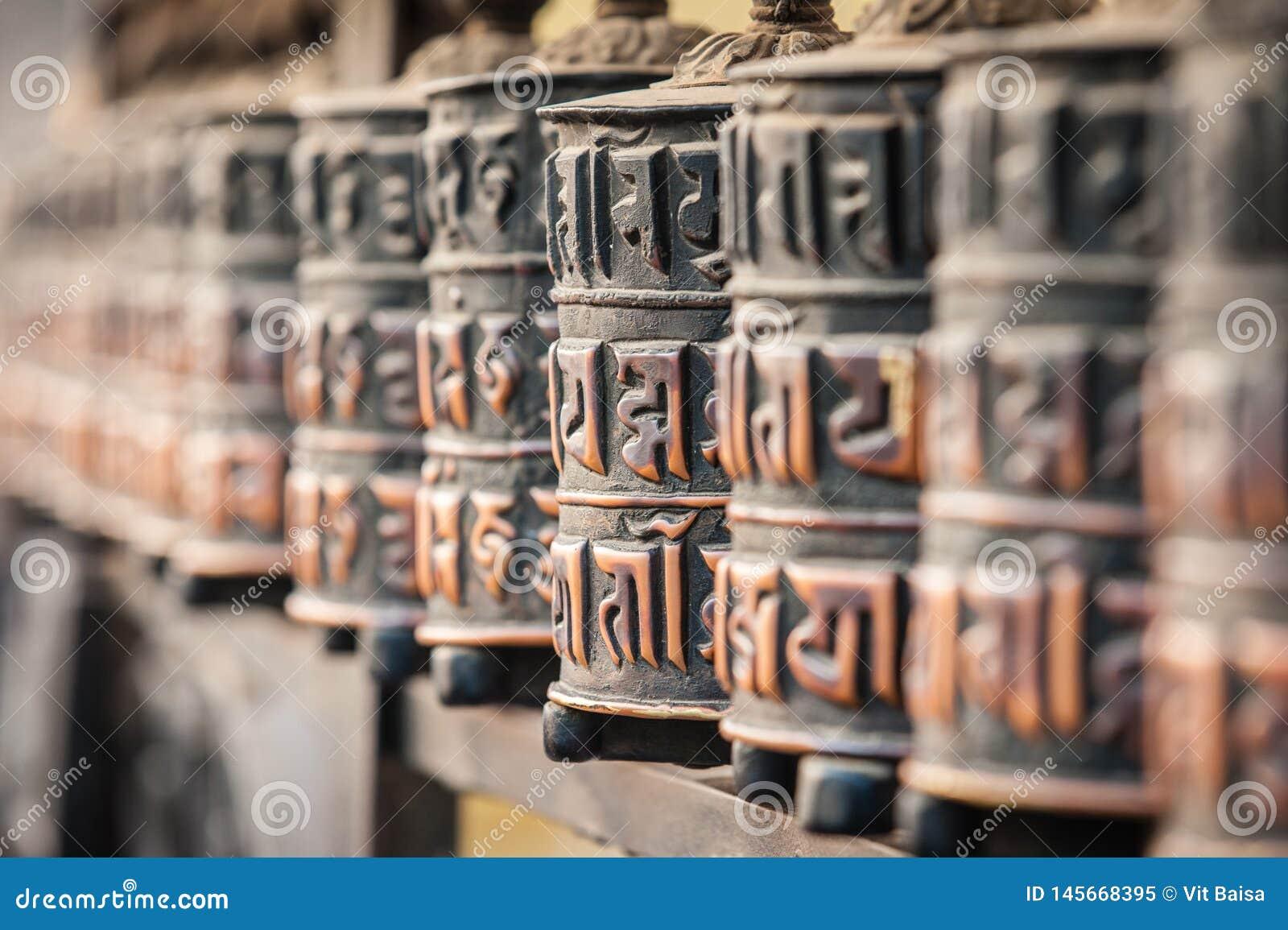 Linje av bönhjul in en by på den Annapurna strömkretsslingan Den buddistiska b?nen maler himalayas nepal askfat specificera
