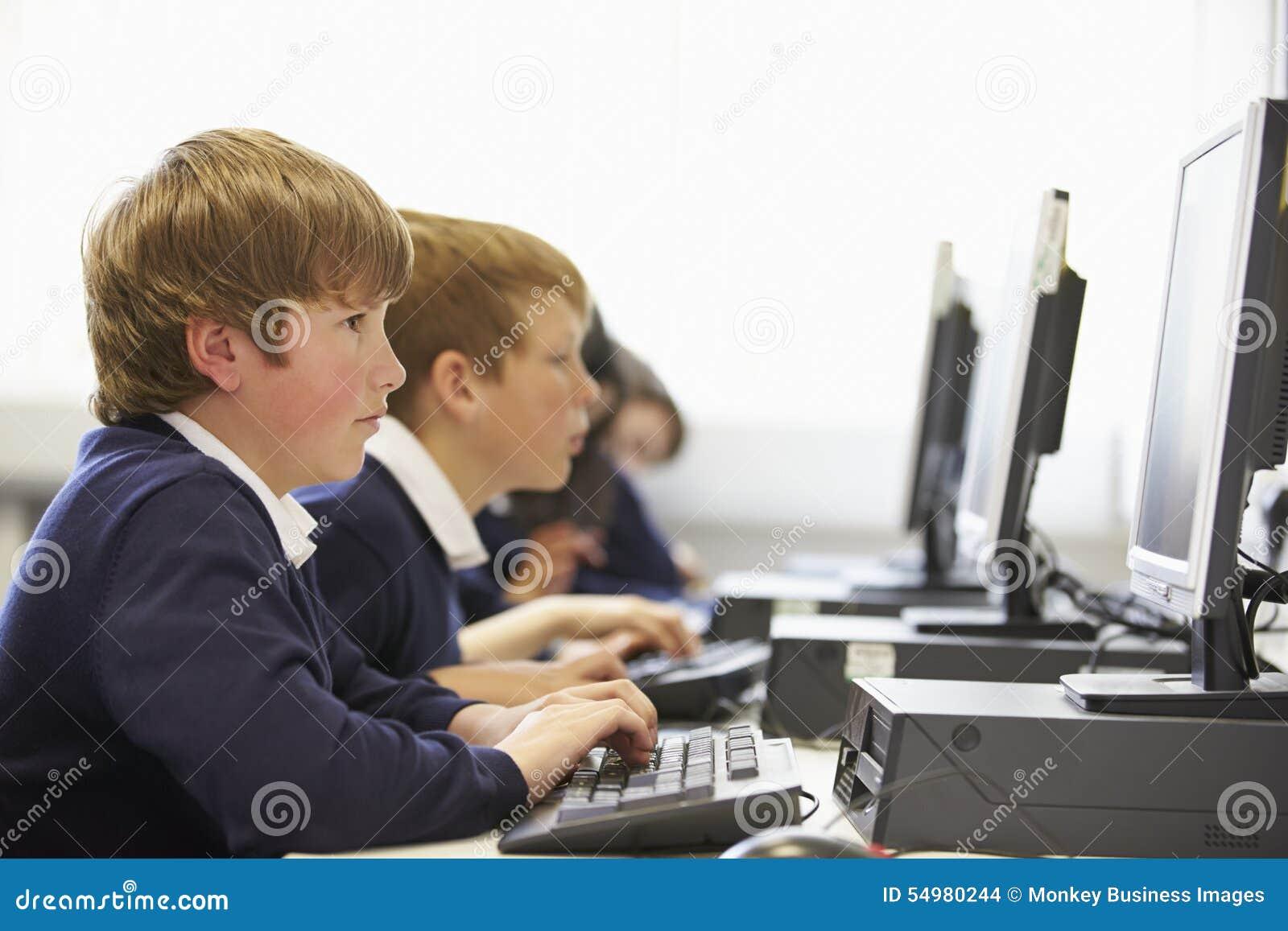 Linje av barn i skoladatorgrupp