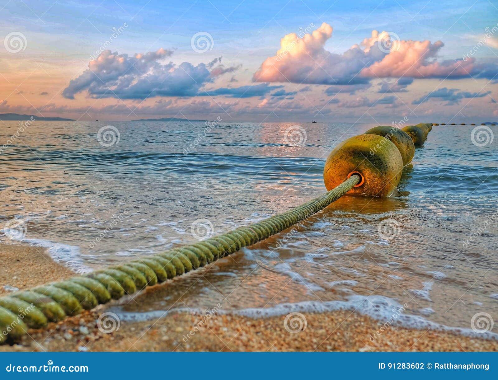 Linje av bojet på havet