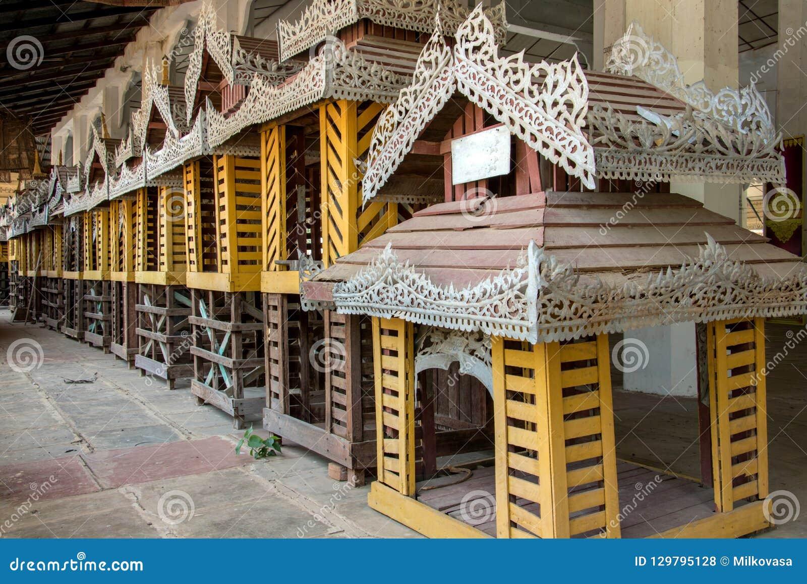 Linje av dekorativa hem- modeller på den buddistiska templet