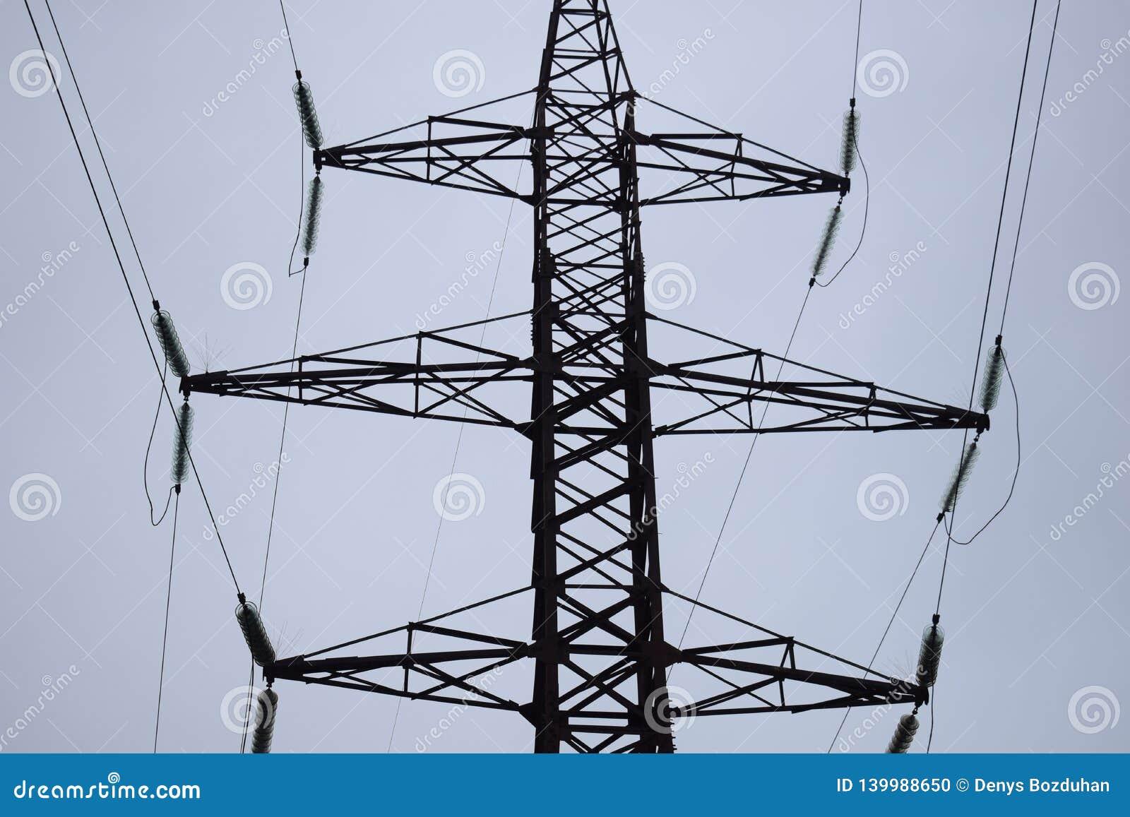 Linjer för lufthög-spänning överföring av elektrisk energi Över huvudet linjer lägger elektricitet ovanför jordning till och med