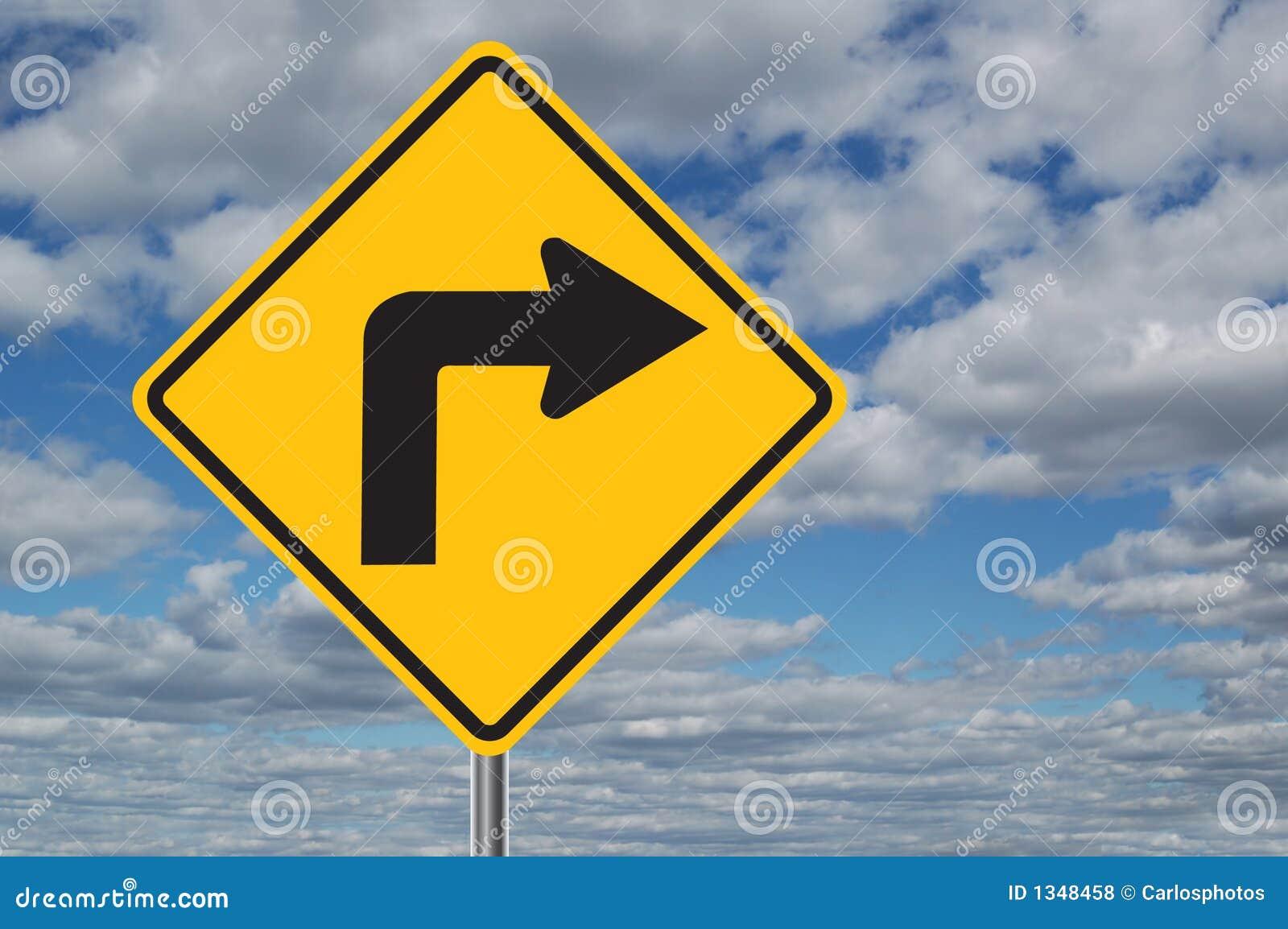 Linke Kurve-Verkehrszeichen mit Wolken