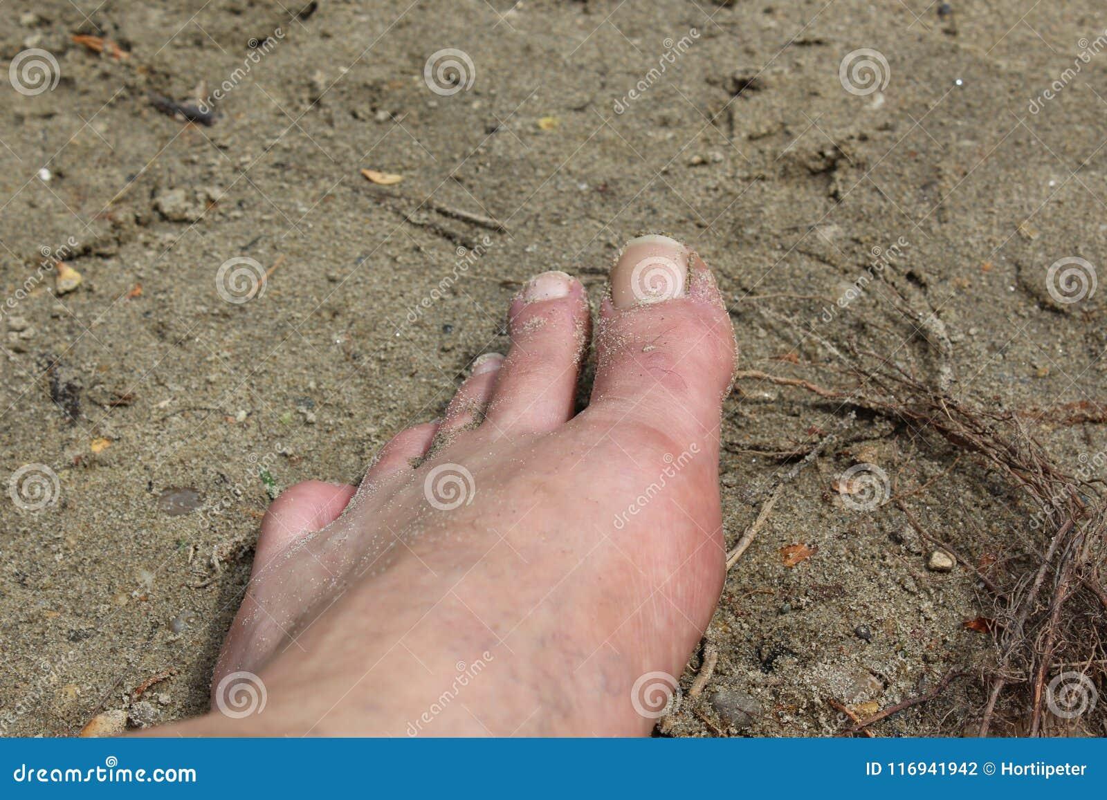 Linkerbeen op het zand