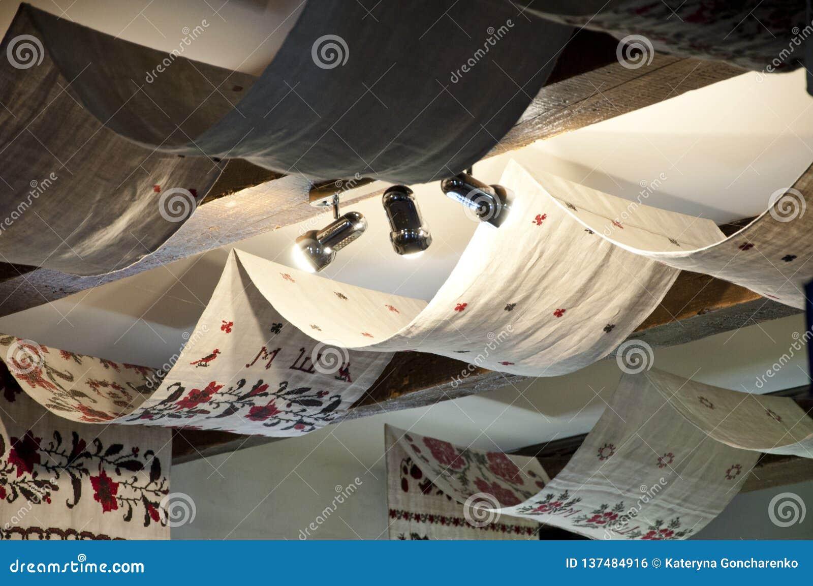 Lino del bordado Techo del haz con la materia textil y las lámparas cubiertas Pañería del techo con las toallas bordadas Viejo