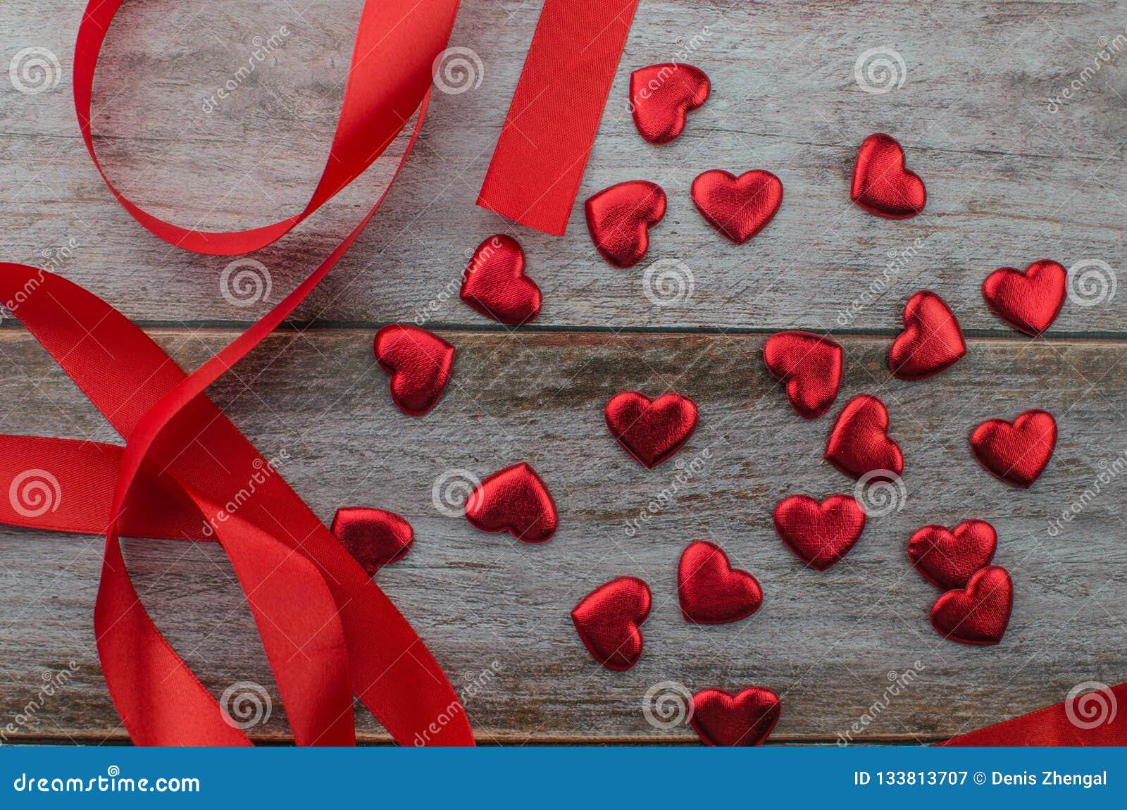 Linten als harten op wit, het concept dat van de valentijnskaartendag worden gevormd