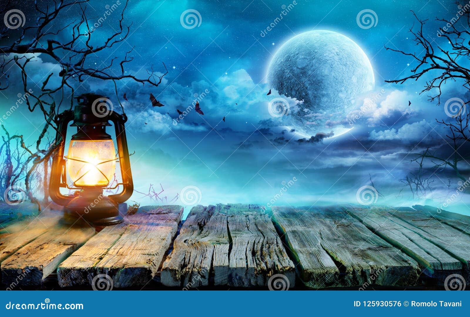 Linterna de Halloween en la tabla vieja