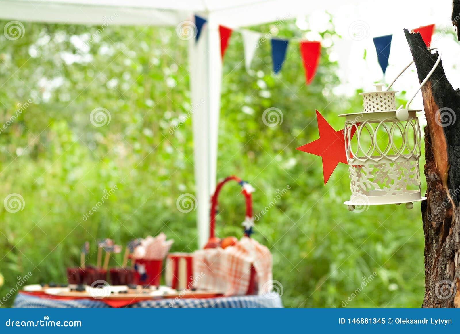 Linterna en un árbol durante una comida campestre