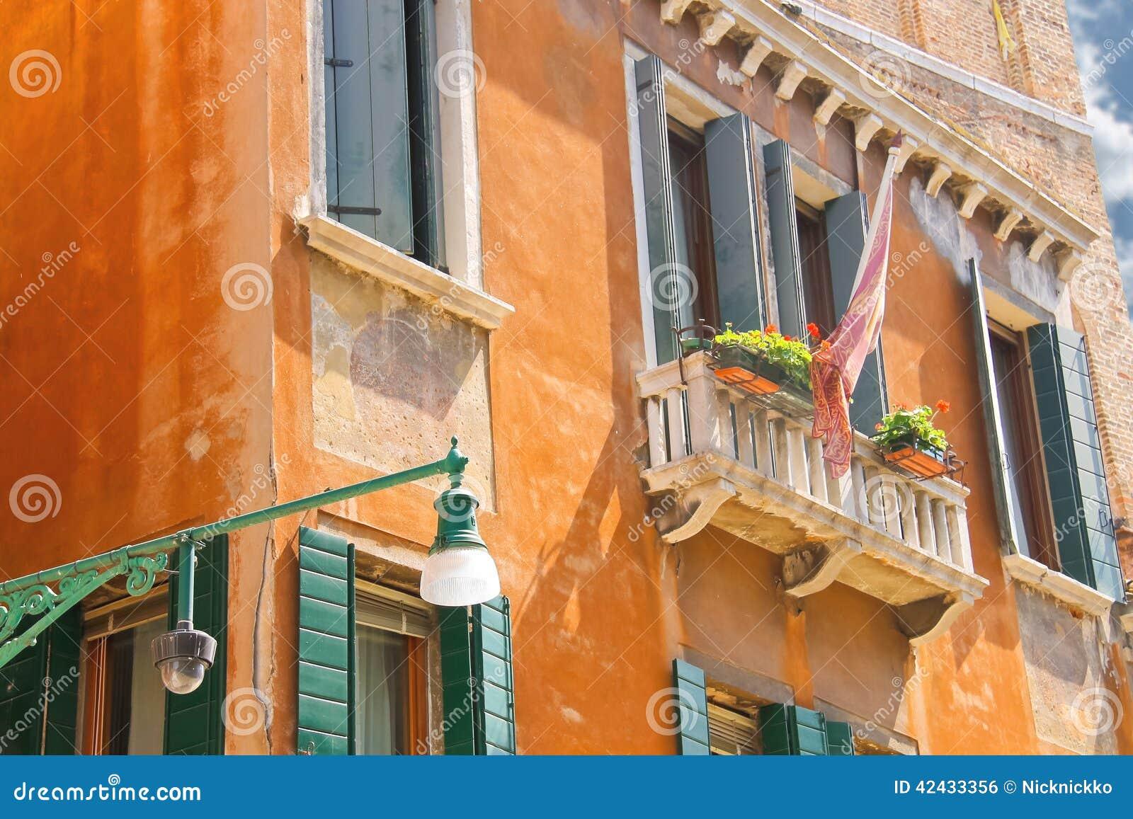 Linterna en una fachada de casas pintorescas en Venecia