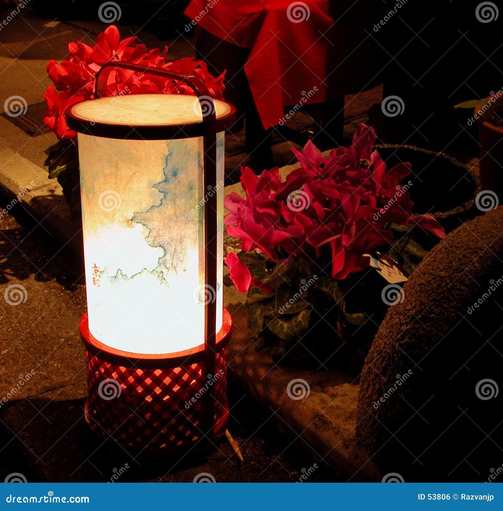 Linterna y flores en el nig