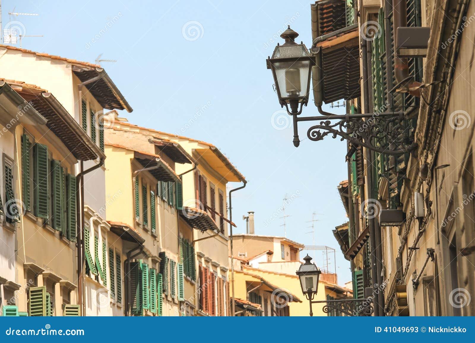 Linternas antiguas en las fachadas de las casas en for Fachadas de casas modernas en italia