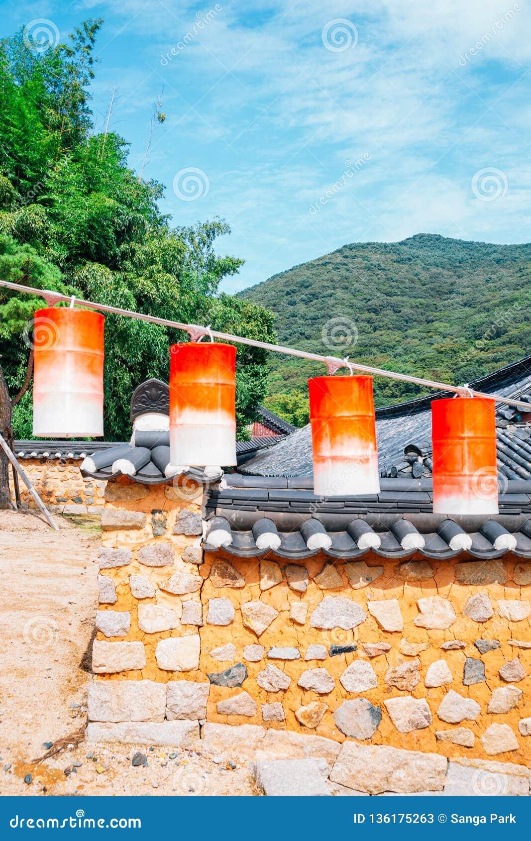 Linternas coloridas y pared de piedra tradicional coreana en el templo de Beomeosa en Busán, Corea