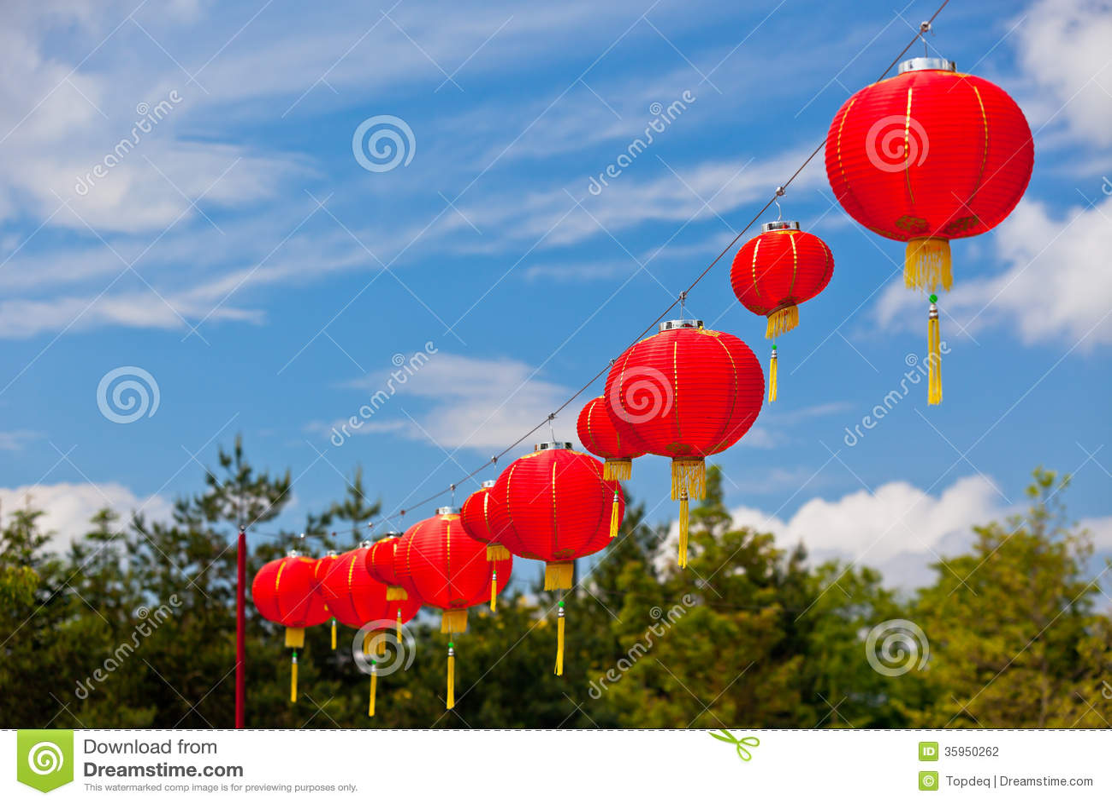 Linternas de papel chinas rojas contra un cielo azul