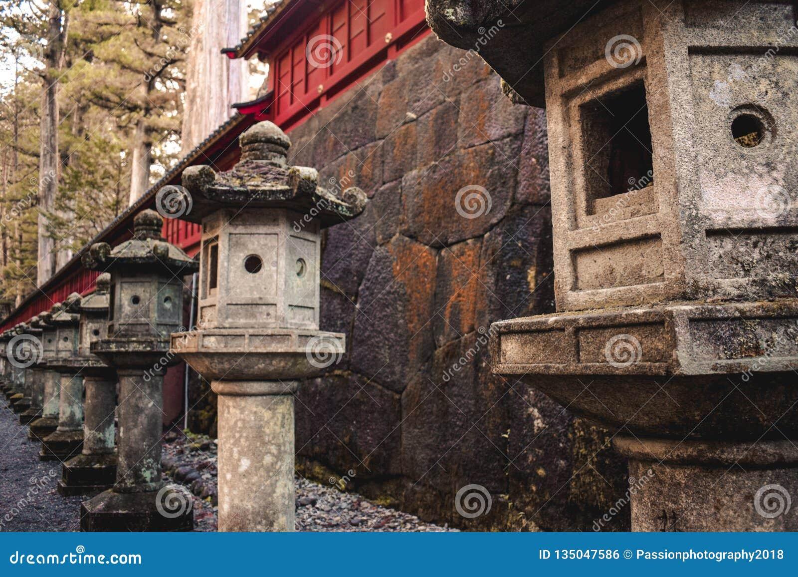 Linternas de piedra viejas japonesas en fila