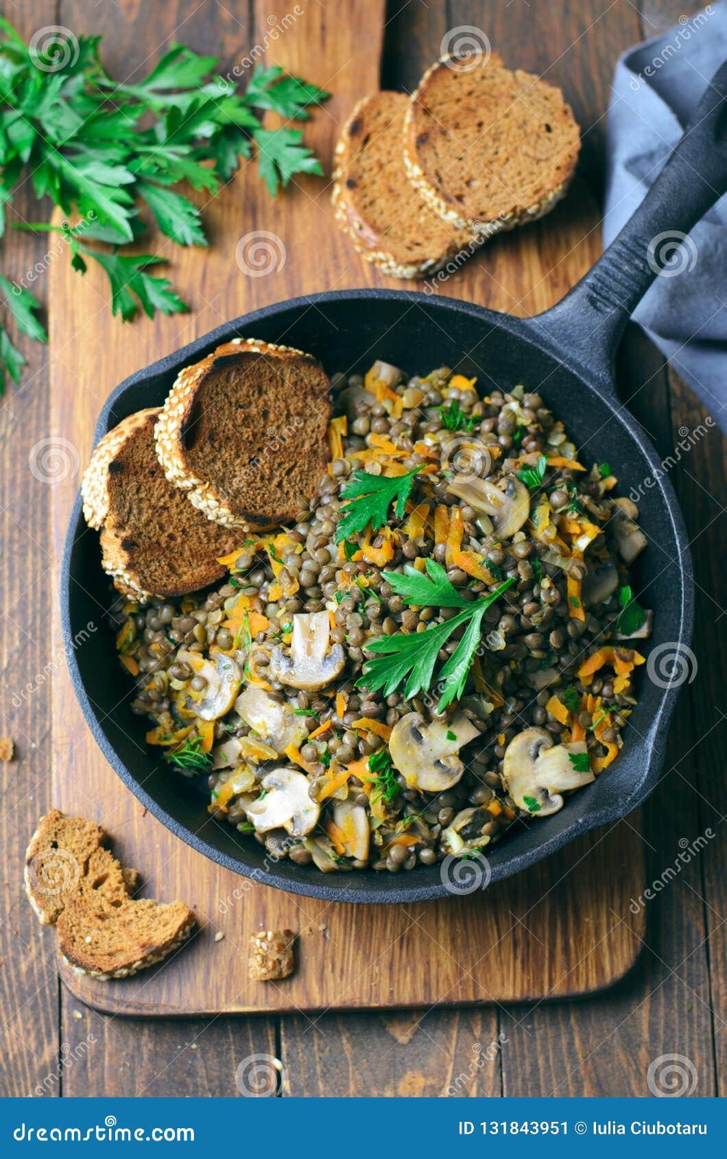 Linzen met Paddestoelen, Wortel en Kruiden in een Koekepan, Gezond Vegetarisch Voedsel