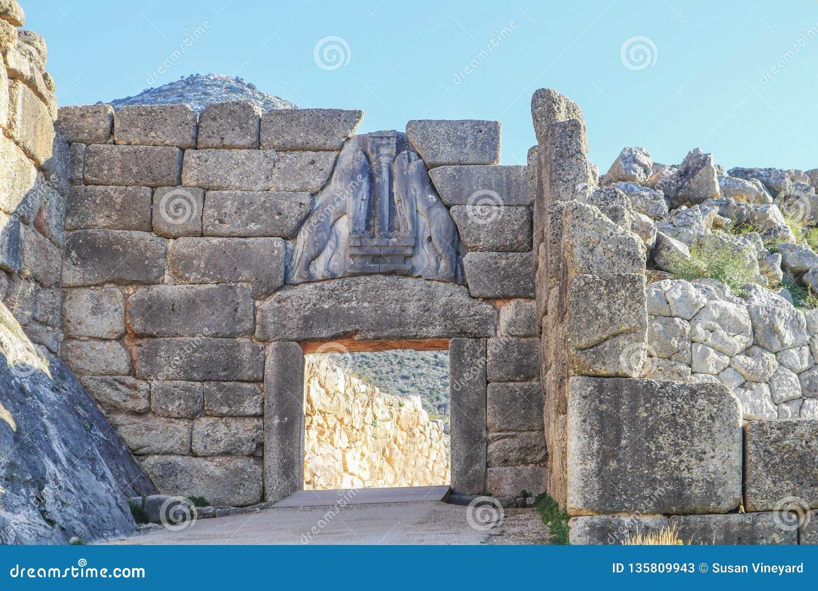 Lion Gate - den huvudsakliga ingången av bronsålderncitadellen av Mycenae i sydliga Grekland med lättnadsskulptur av två lejoninn
