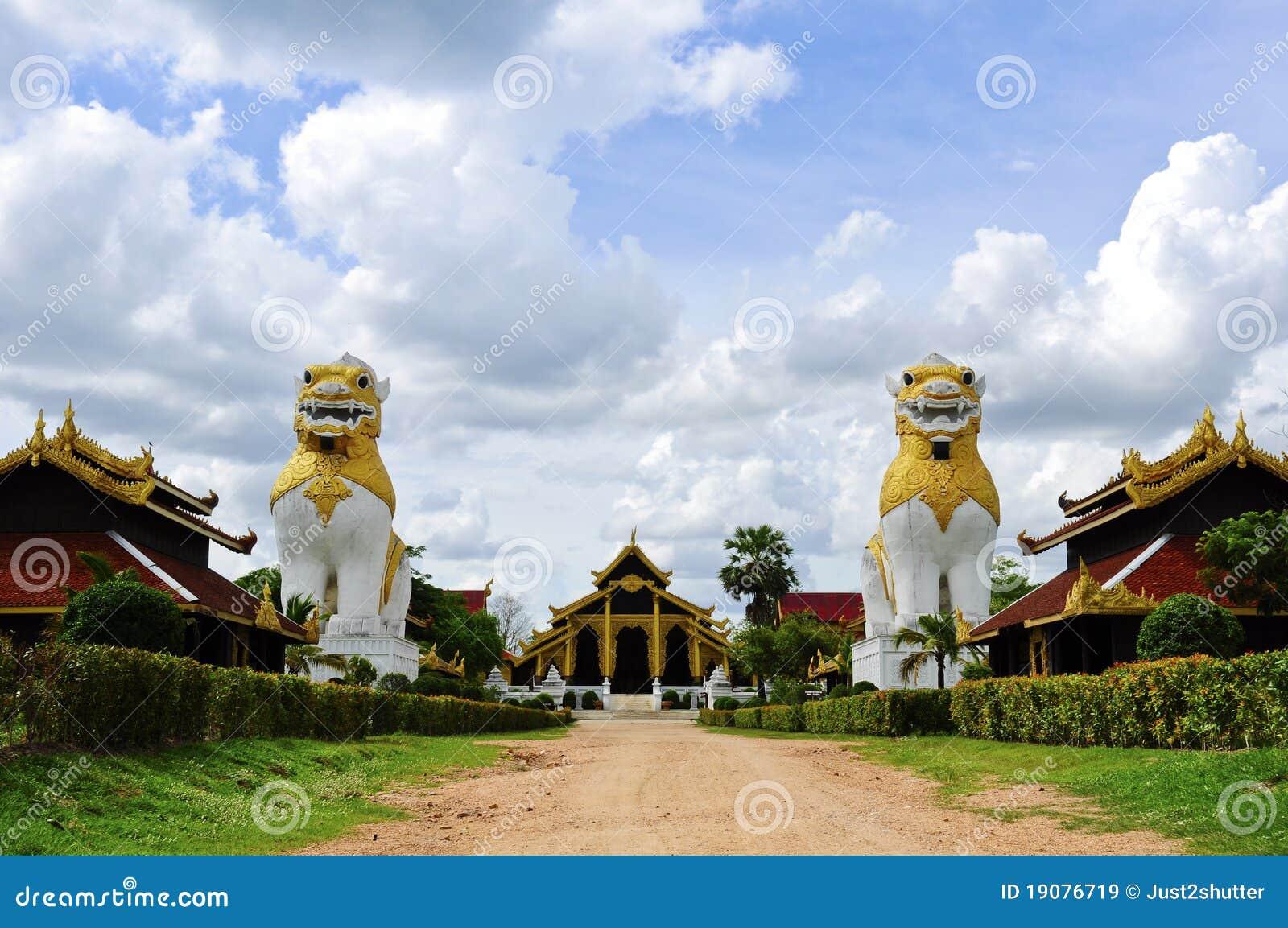 Lion två på det Surasri lägret, Kanchanaburi, Thailand