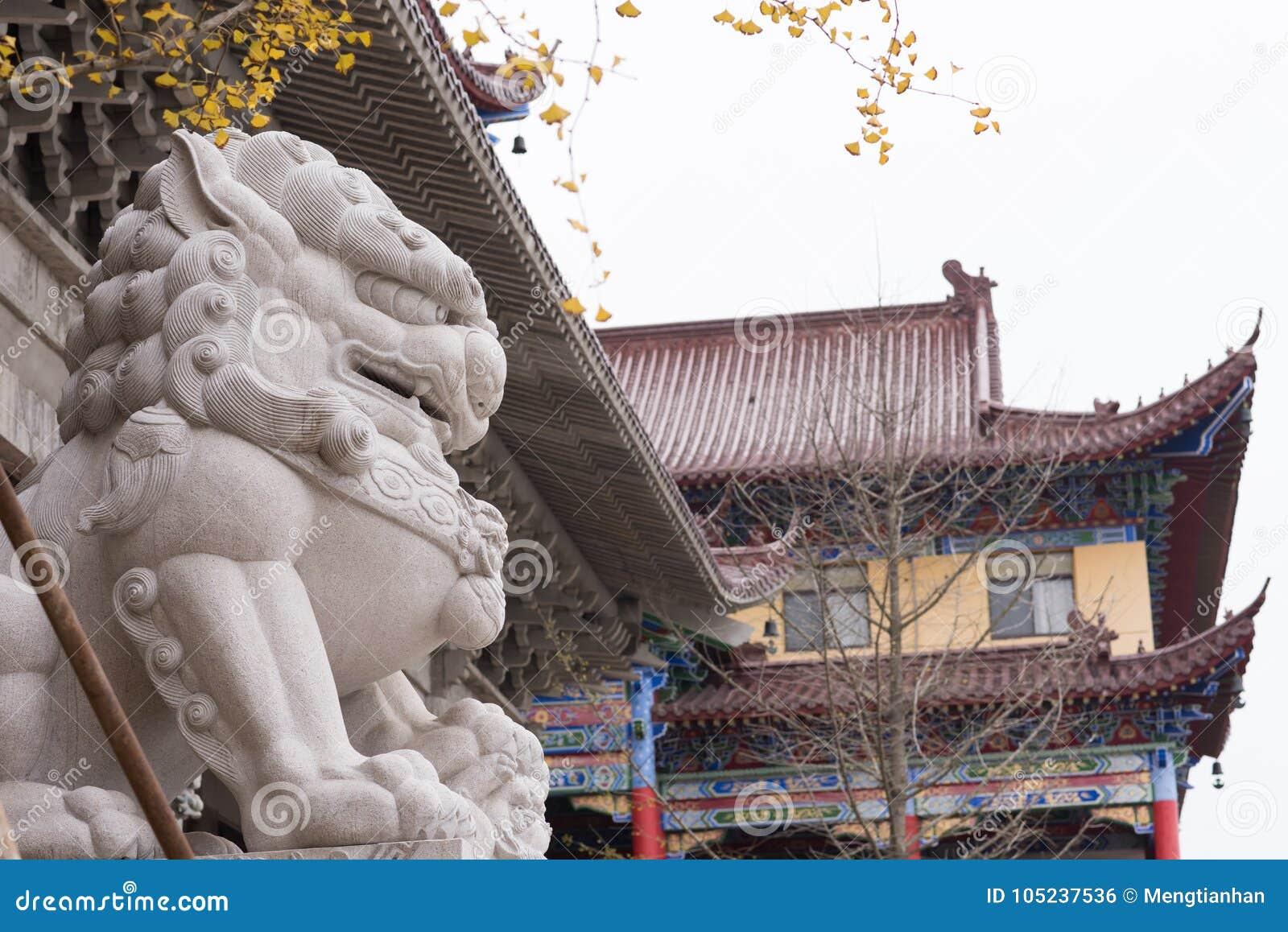 Lions en pierre devant le temple