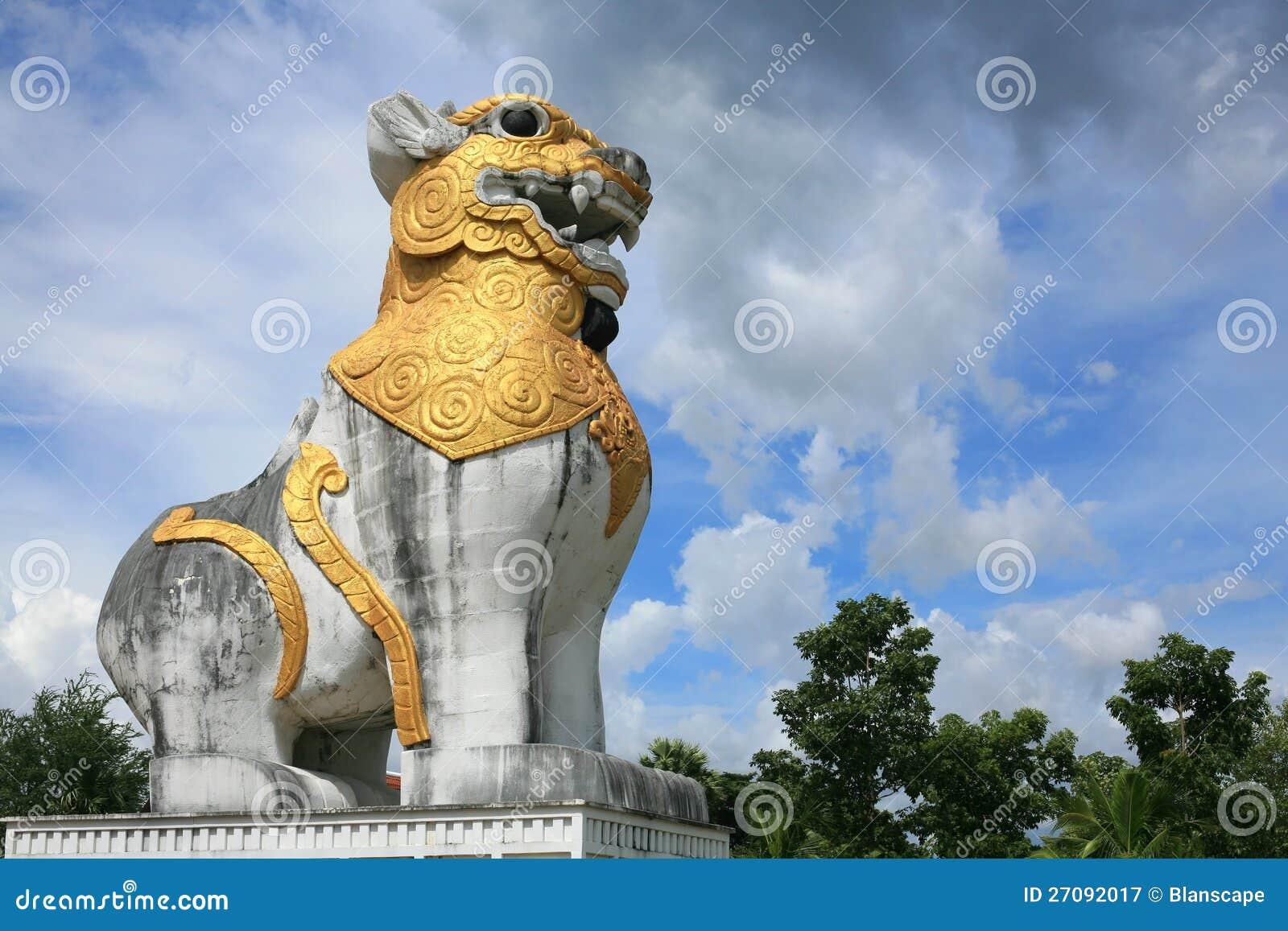 Lionstaty i Burma stil mot den blåa skyen