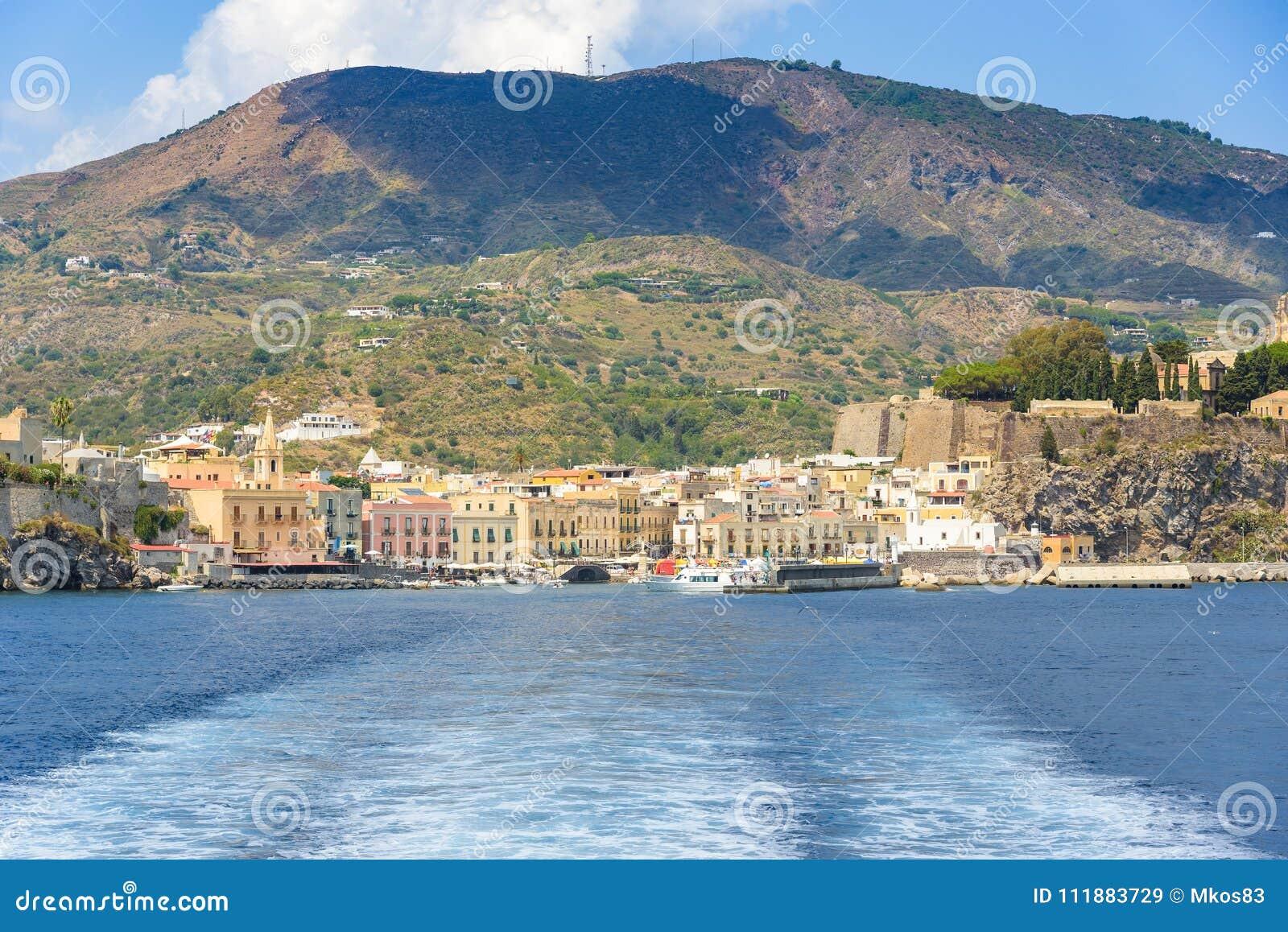 Lipari stad som ses från havet