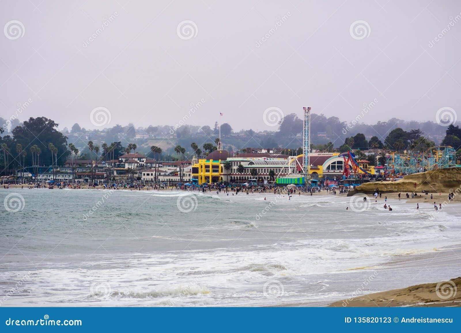 Lipiec 1, 2018 Santa Cruz, CA, usa/- tłumy ma zabawę na plaży przy Santa Cruz boardwalk na mgłowym dniu i
