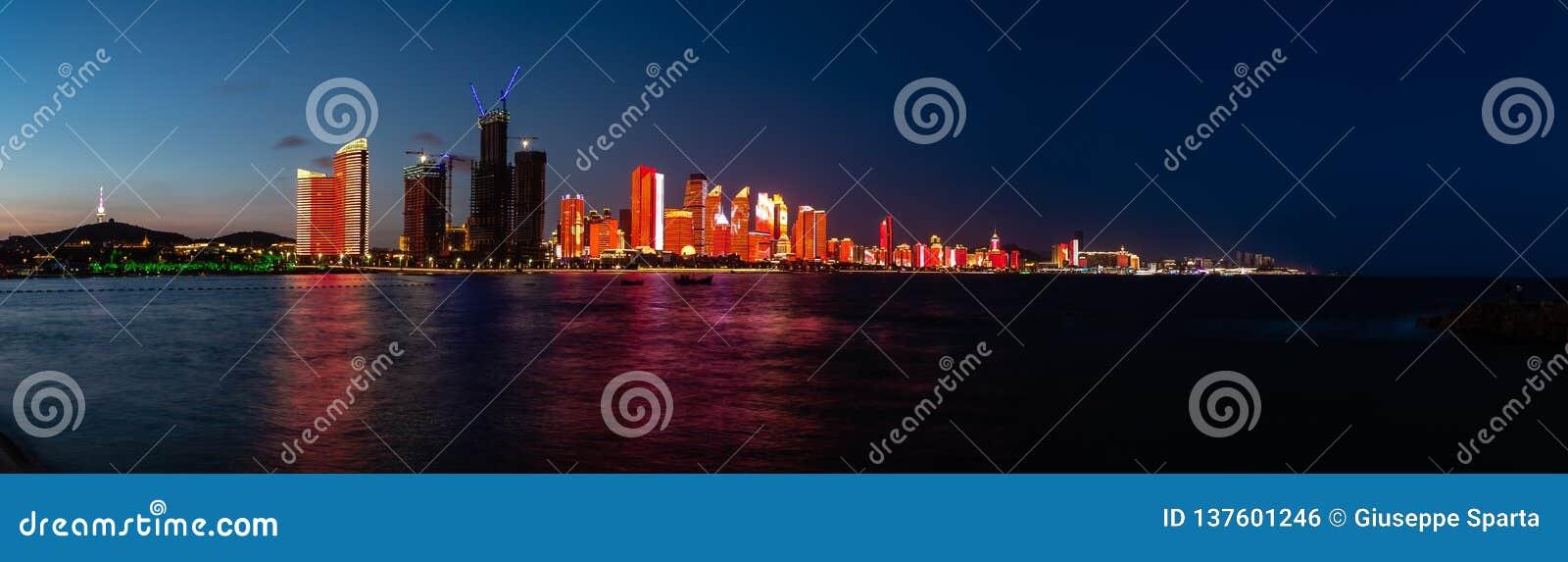 Lipiec 2018 tworzył dla SCO szczytu nowy lightshow Qingdao linia horyzontu - Qingdao, Chiny -