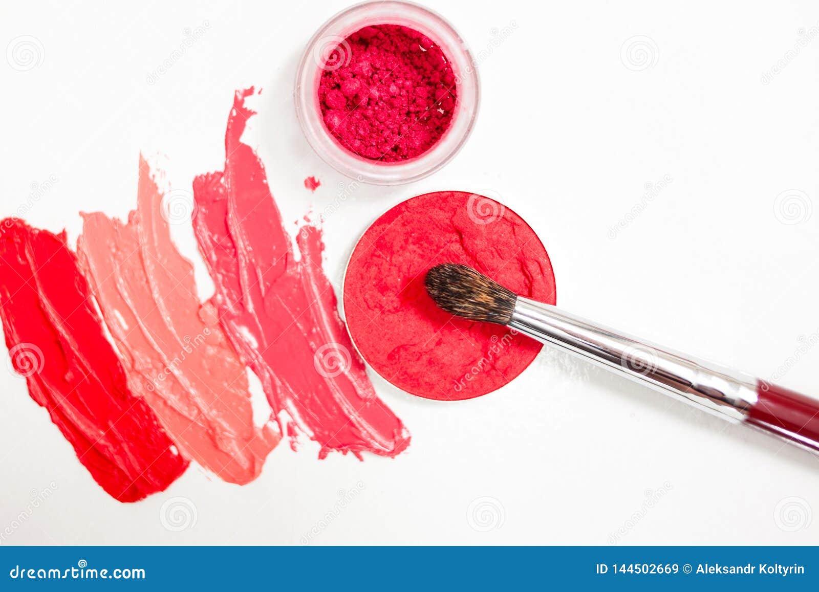 Lippenstift en lipgloss, dalingen en slagen van verschillende schaduwen met borstels voor toepassing en het in de schaduw stellen