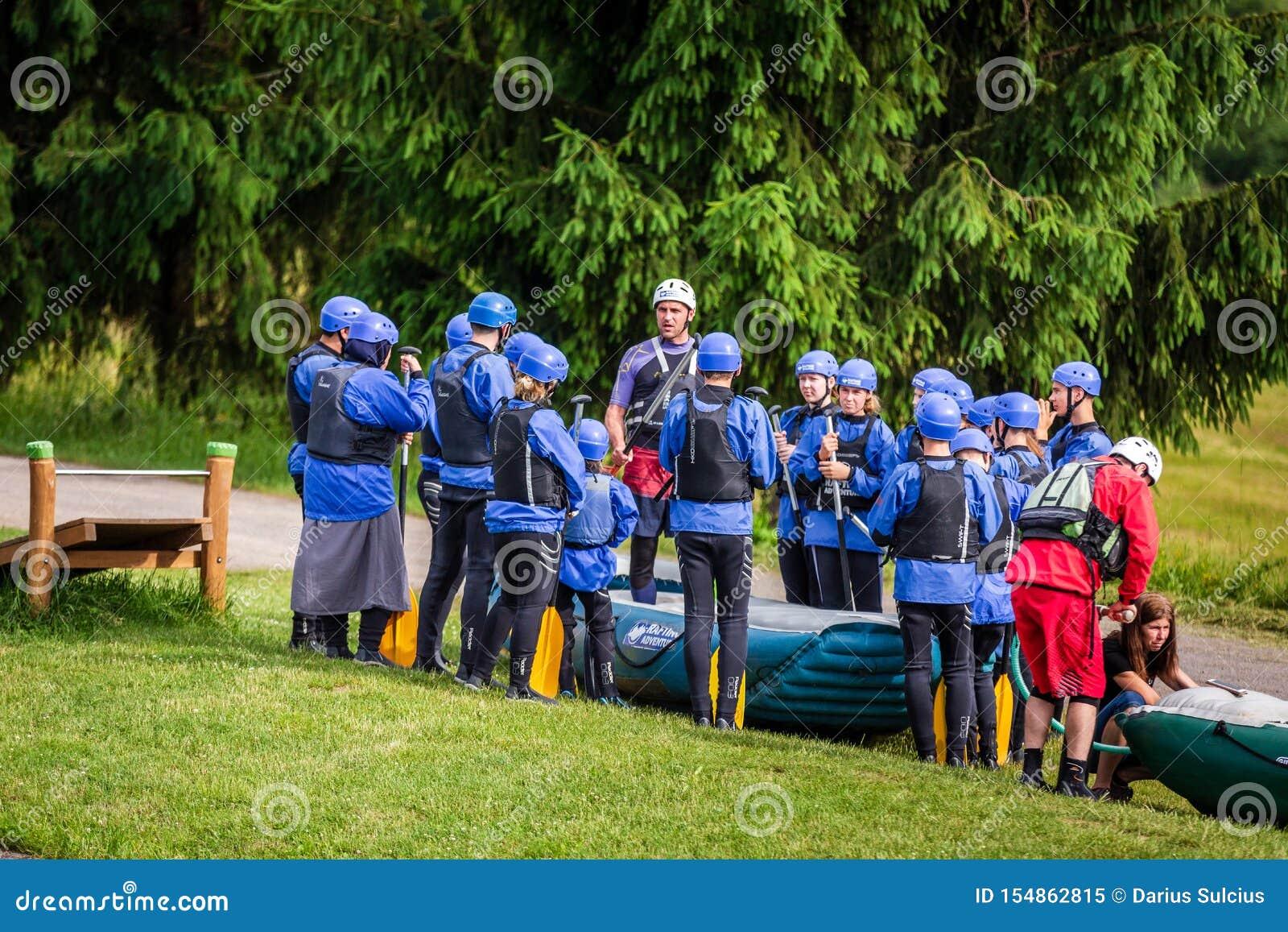 Liptovsky Mikulas/Slovakien - Juni 22, 2019: en grupp människor som får anvisningar, innan rafting för flod