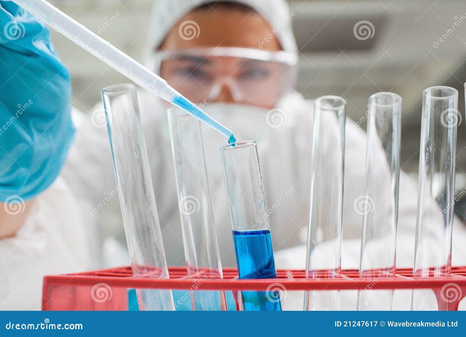 Liquide de baisse d étudiant de la Science dans un tube à essai