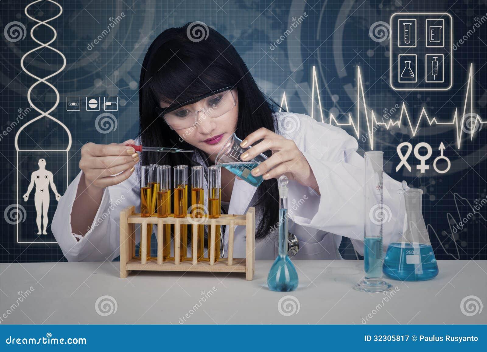 Liquide de examen de scientifique attirant sur numérique