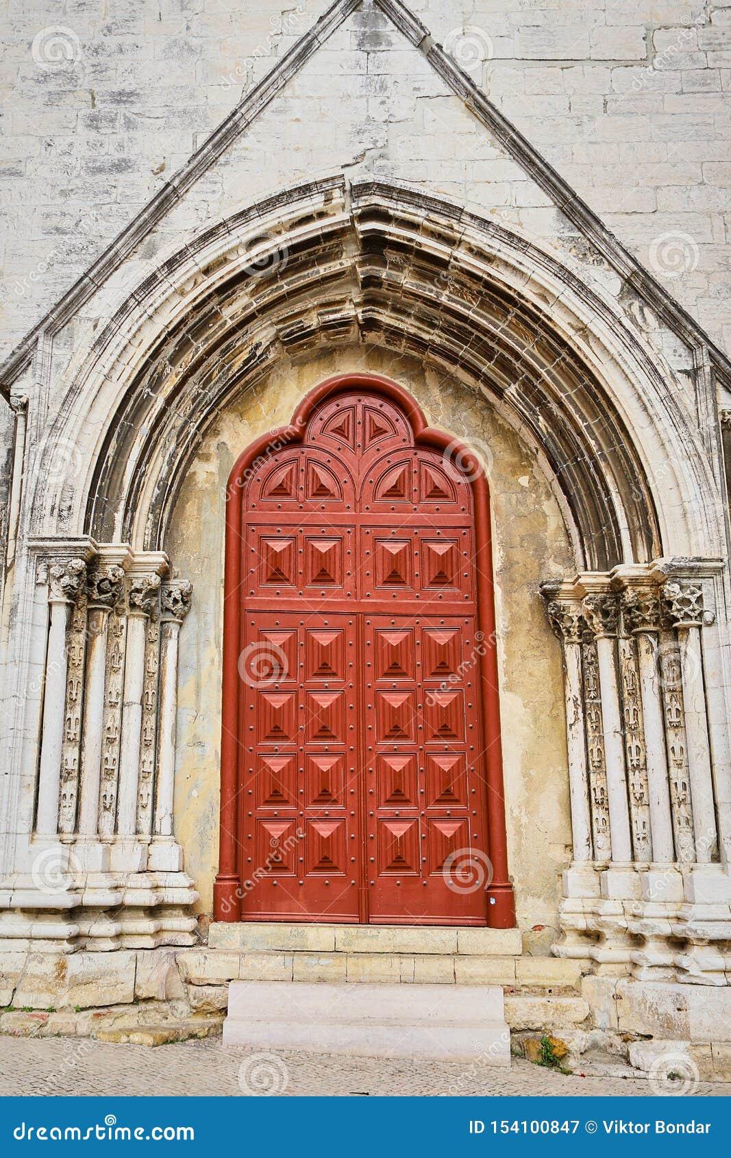 Lisboa, Portugal - 12 de dezembro de 2018: vista externo do convento de Carmo Acesso principal da entrada portal principal às ruí