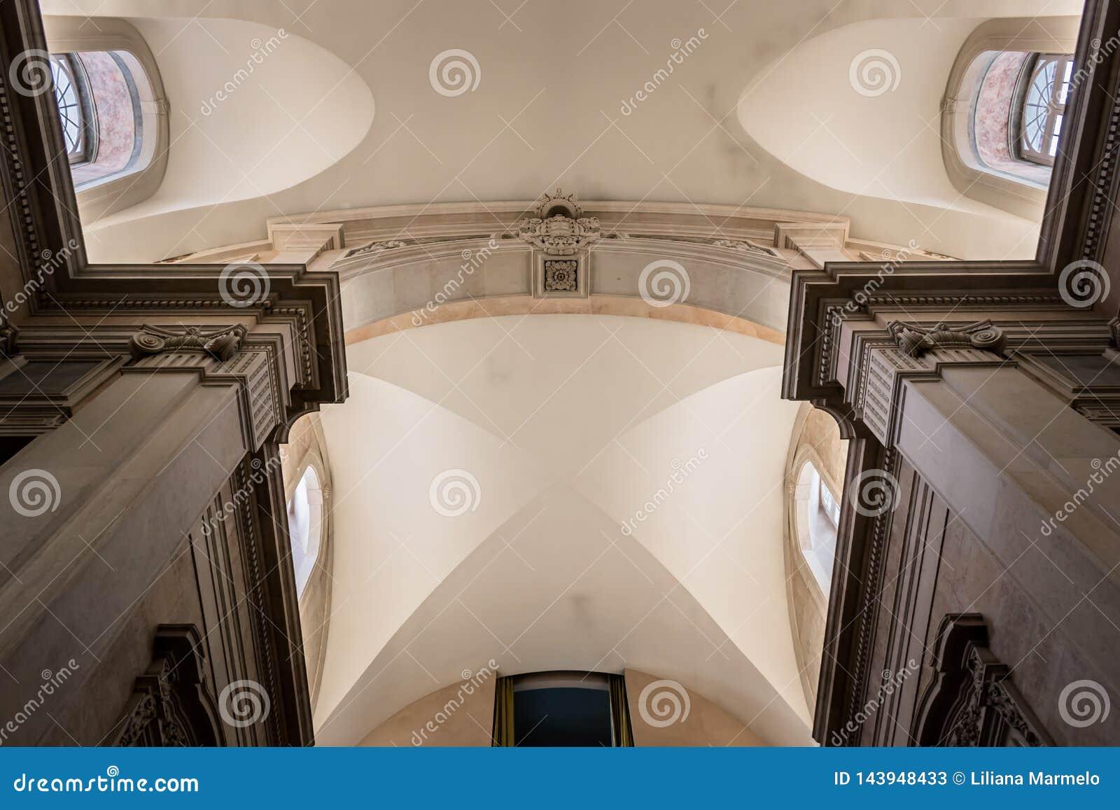 Lisboa, Portugal - 17 de marzo de 2019 - perspectiva del techo interior del museo del dinero
