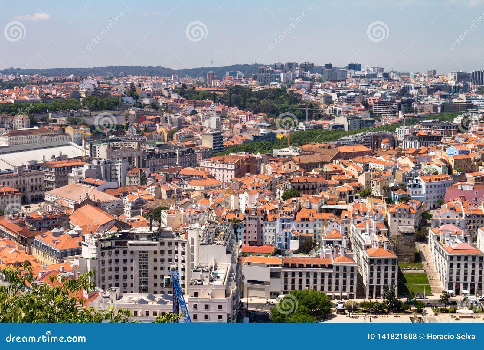 Lisbon Португалия 7-ое мая 2018 Панорамный вид нескольких зданий города построенного на холмах Типичные крыши красных плиток внут
