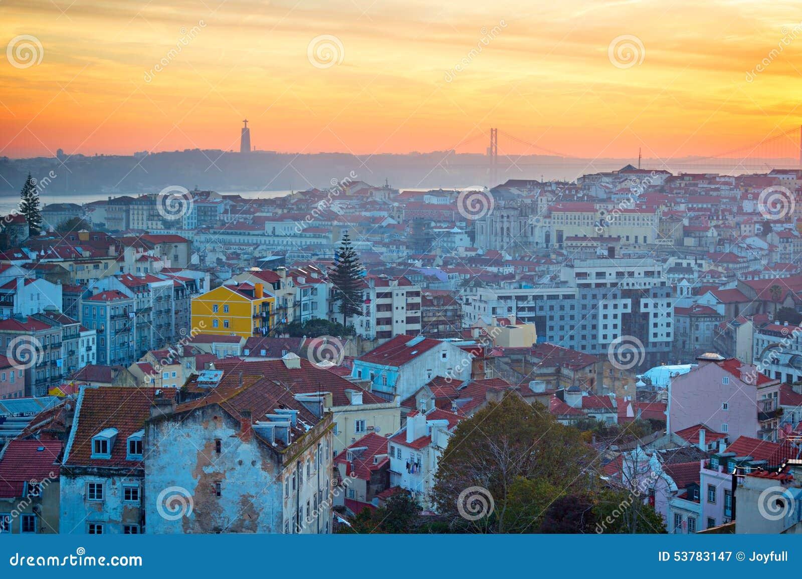 Lisbon linia horyzontu przy zmierzchem