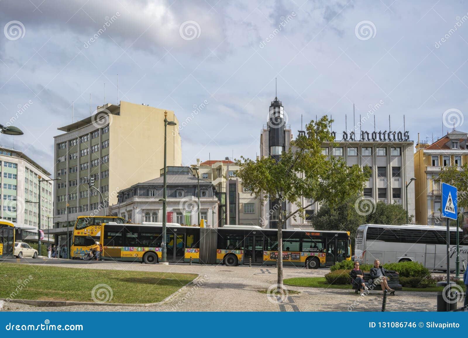 LISBON/PORTUGAL 21-ОЕ ОКТЯБРЯ 2018 - соединение известной португальской области Marquês de Pombal с автобусом и туристами сидя н