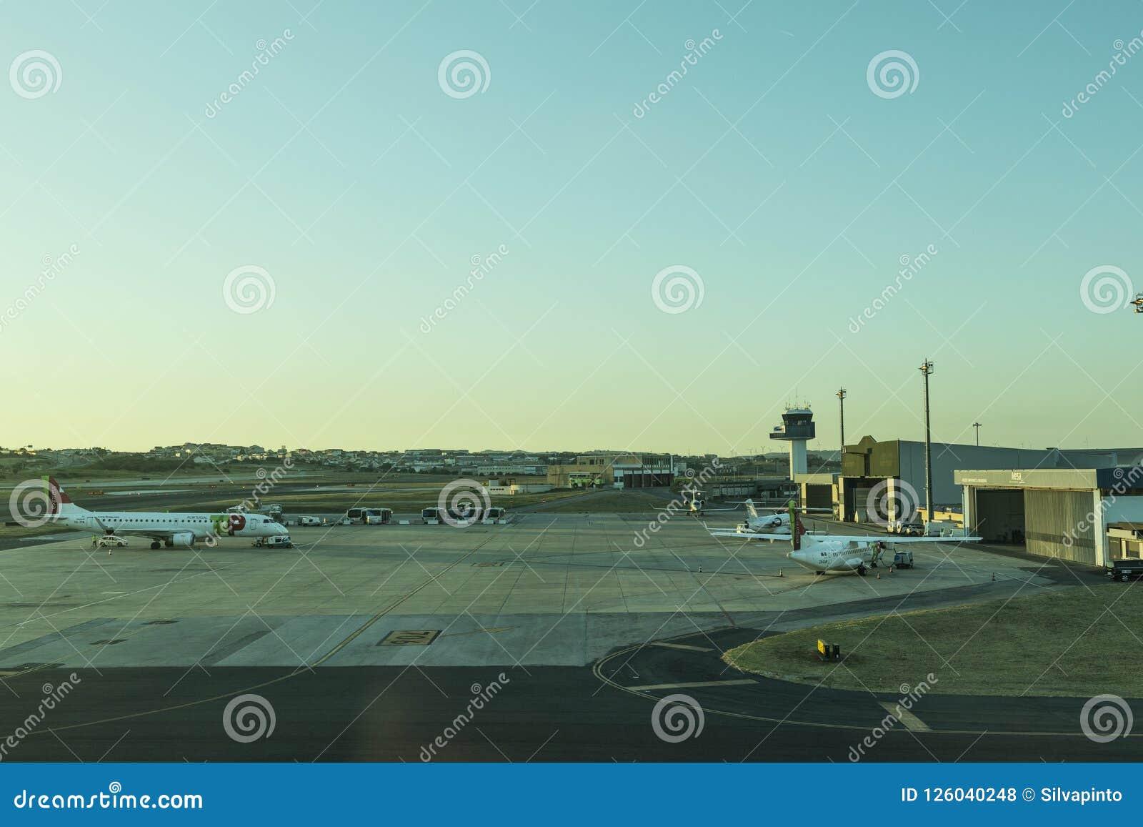 LISBON/PORTUGAL 11 2018 AUG - Lisbon lotniskowy fartuch z zmierzchu światłem