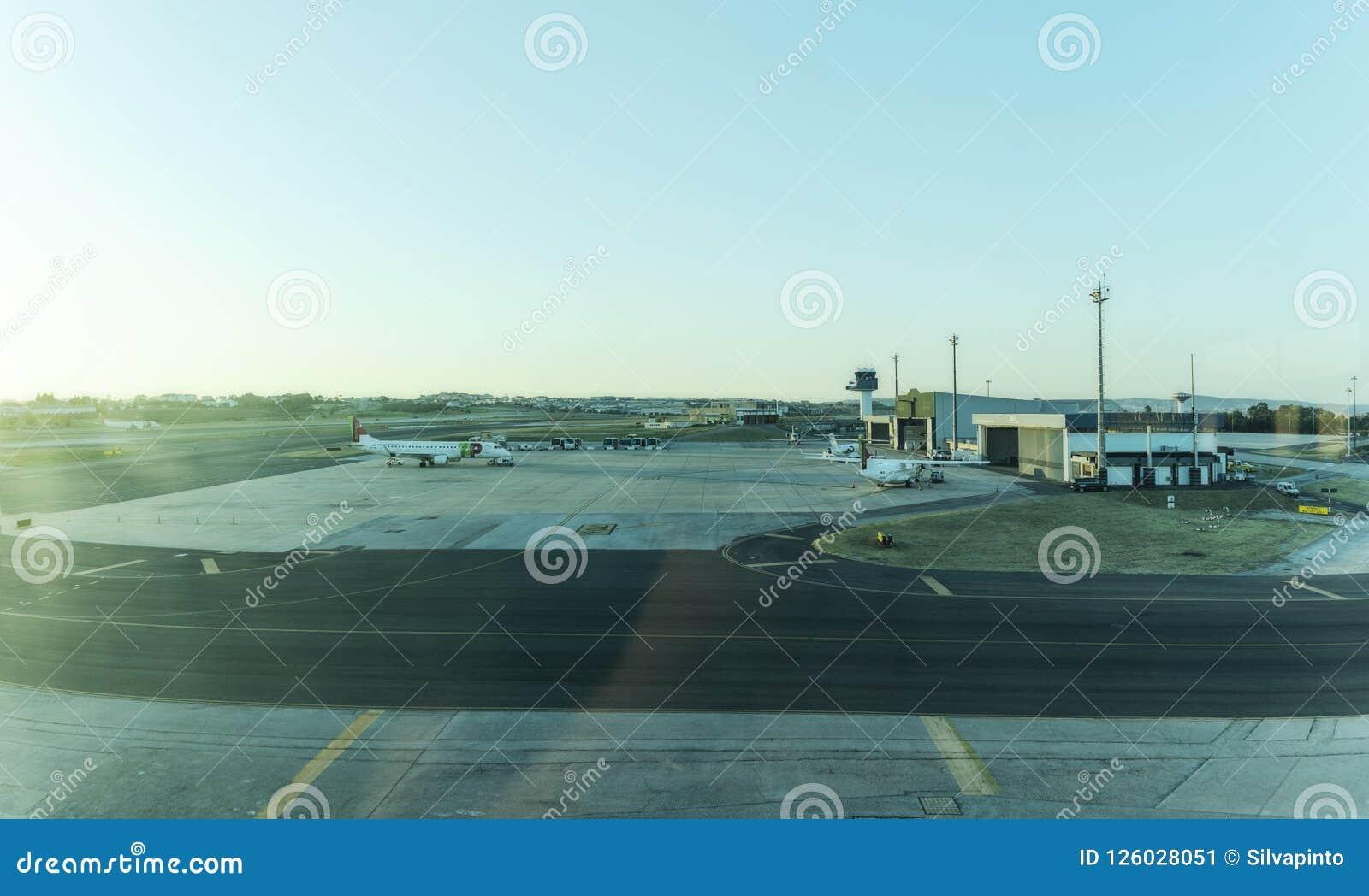 LISBON/PORTUGAL 11 AUGUSTI 2018 - Lissabon flygplatsförkläde med solnedgångljus