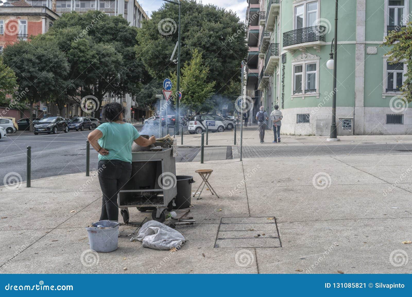 LISBON/PORTUGAL 21OCT2018 - försäljare av kastanjer i gatorna av Lissabon portugal