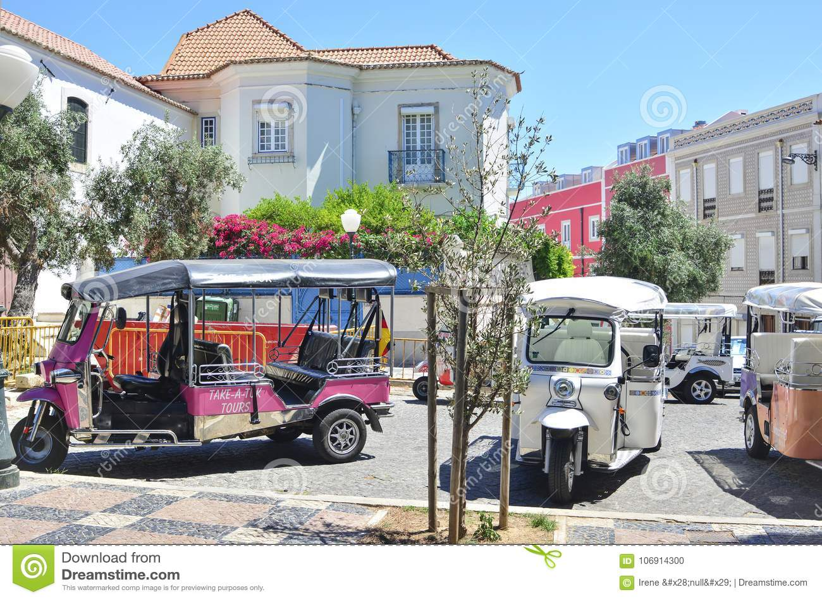 Lisbon Portugalia, Sierpień, - 06, 2017: Wiele taxi Tuk Tuk na drodze czeka turystów Lisbon