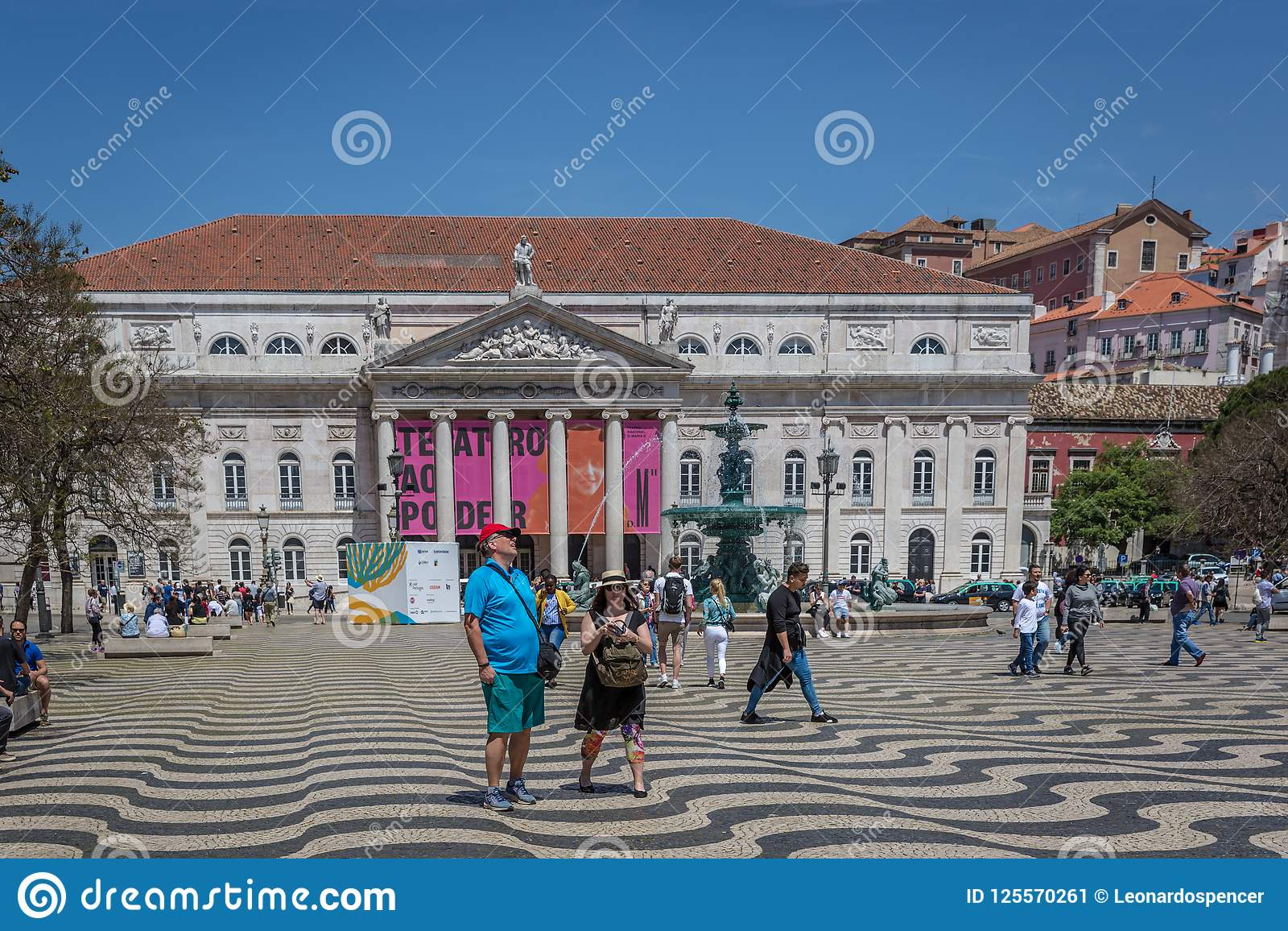 Lisbona, Portogallo - 9 maggio 2018 - turisti e locali che camminano al boulevard di Rossio a capitale del ` s di Lisbona del cen
